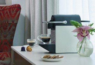 מכונת קפה Nespresso בחדר