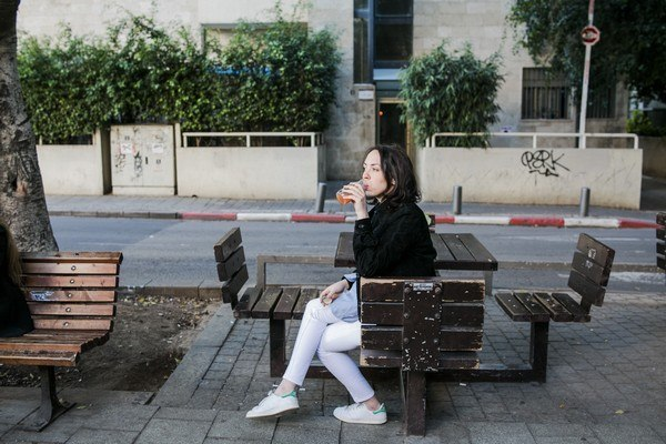 פינות ישיבה ושולחנות ליד הקפה