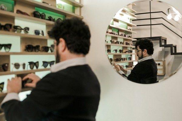 זוגות משקפיים ממתינים לכם בחנות