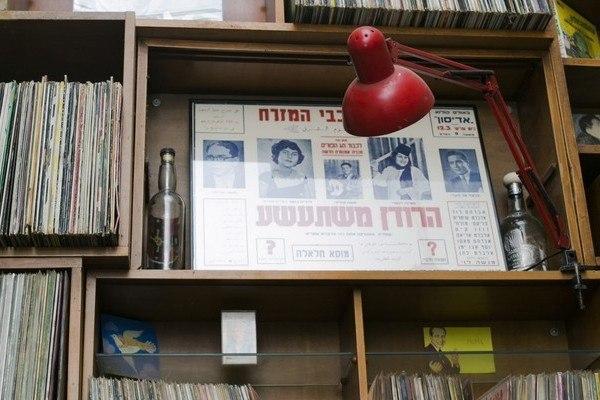 כרזות ותקליטים